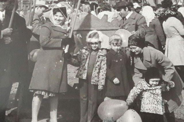 Демонстрация трудящихся 1 мая 1977 года. Сбор колонны.