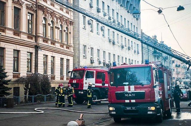 В Киеве загорелся пятиэтажный жилой дом: подробности