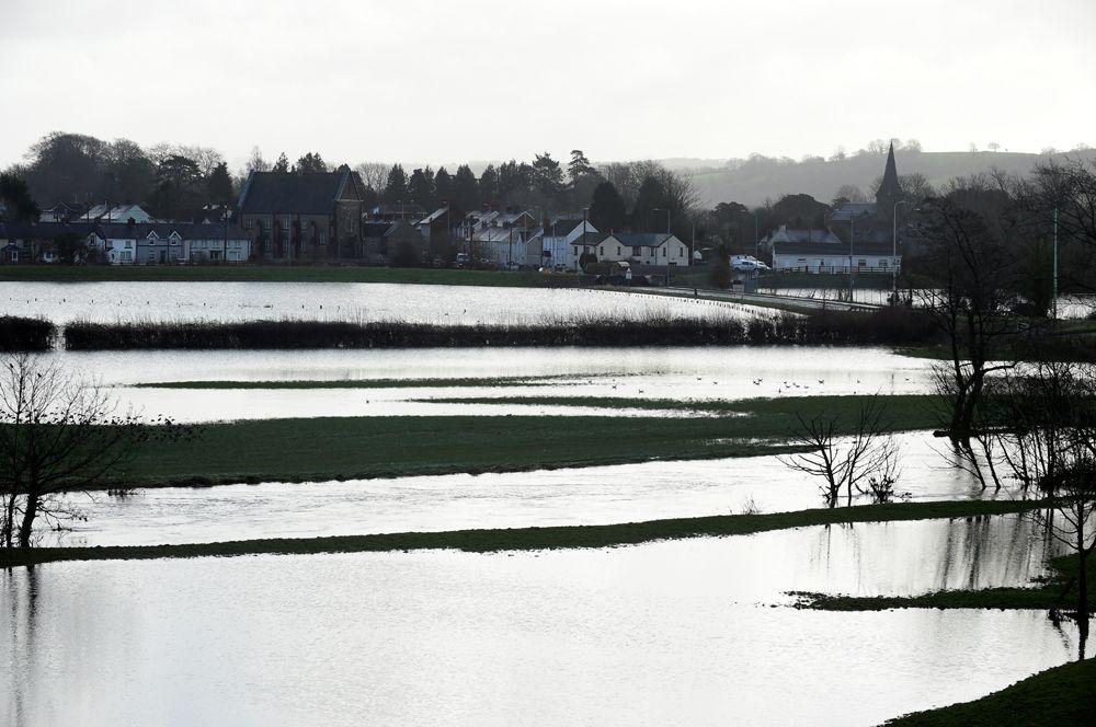Затопленные поля возле Кармартена, Южный Уэльс.