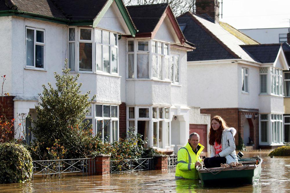 Работа спасателей после шторма «Деннис» в Херефорде.