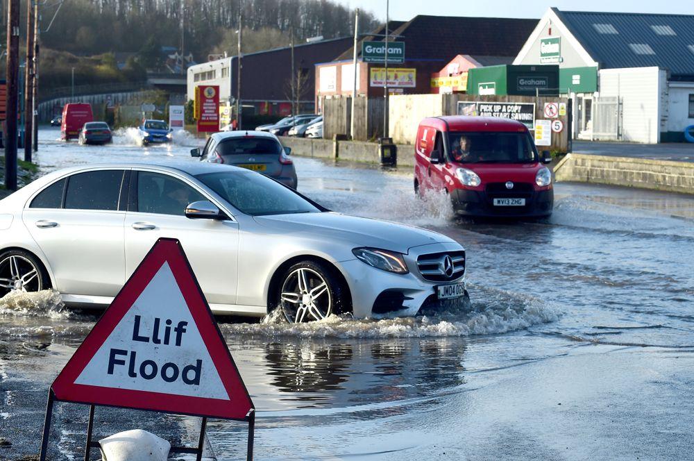Затопленная дорога после шторма «Деннис» в Кармартене, Южный Уэльс.