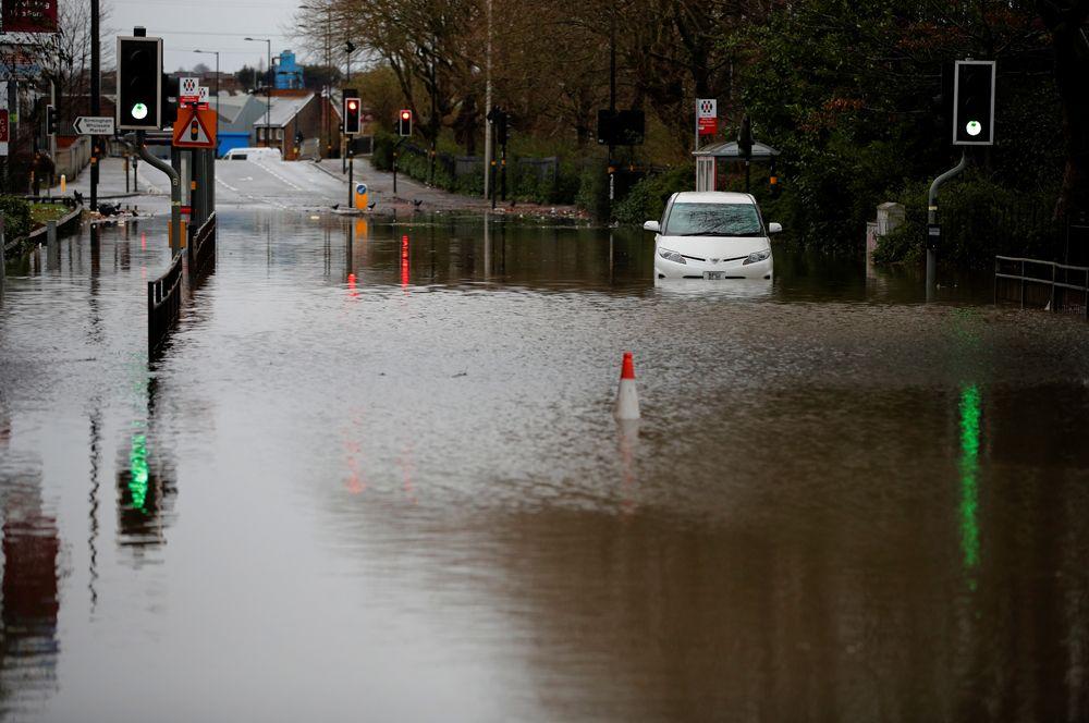 Наводнение, вызванное ураганом «Деннис» в Бирмингеме.
