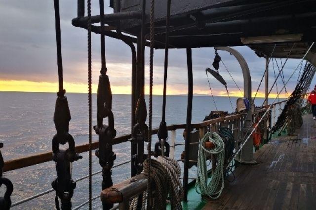 «Паллада», «Крузенштерн» и четыре яхты приняли участие в совместном маневрировании