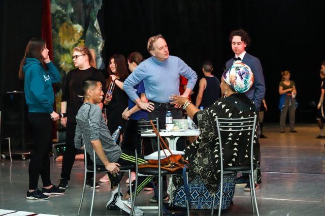 В Оренбурге американцы выбрали артистов для шоу ««Broadway Bound».