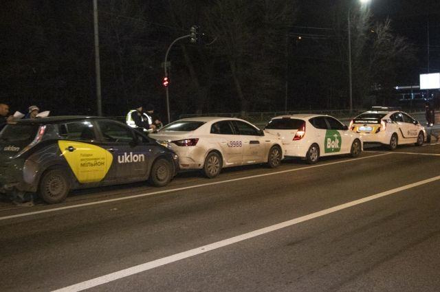 В Киеве произошло ДТП с тремя разными такси, есть пострадавший