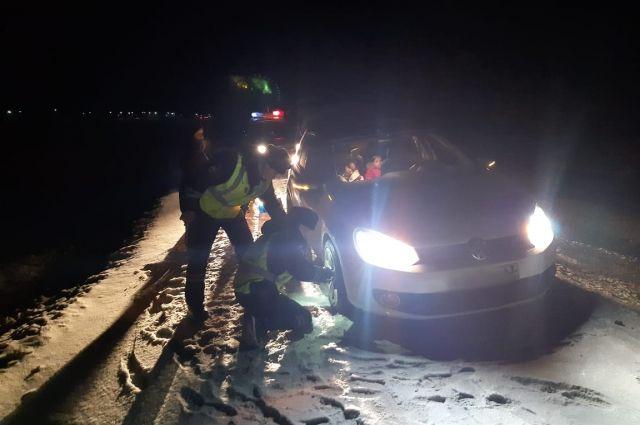 Оренбургские полицейские помогли на трассе матери с двумя детьми.