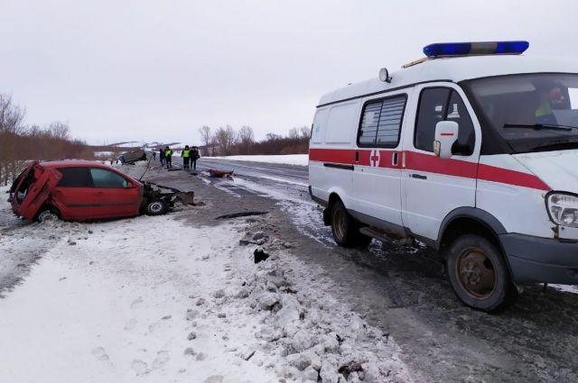 На трассе Оренбург-Орск столкнулись грузовик и иномарка, есть пострадавший.