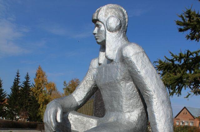 Пётр Ермолаевич Осминин. Памятник герою на Родине.