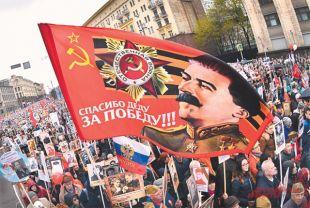 «Главная фигура умолчания вустах руководителей нашего государства навсех официальных мероприятиях, связанных сПобедой,– это как раз фигура Сталина». На фото: шествие «Бессмертного полка» в Москве. На нём носить изображение Верховного главнокомандующего никто не запрещает.