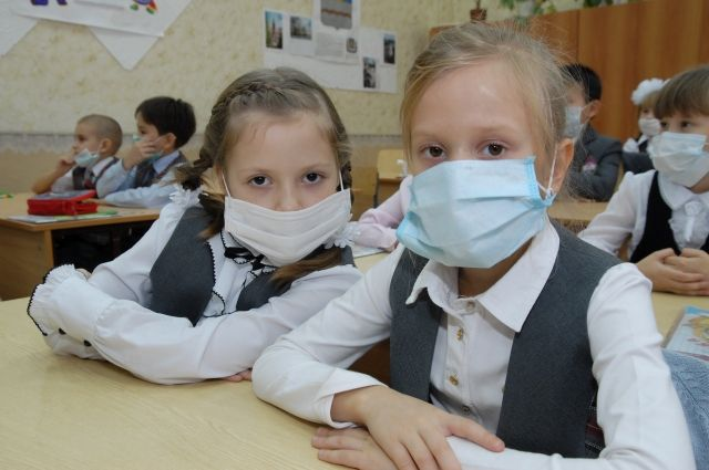 В тех школах, которые не закрыты на карантин, рекомендуют детям носить маски.