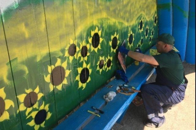 Руками Сергея в Ташлинском районе расписаны стены в детском саду и остановки.