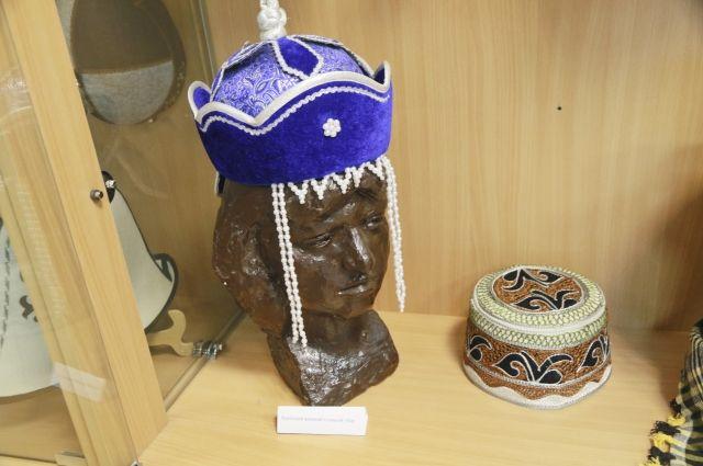 Коллекция этнических головных уборов