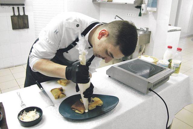 Бренд-шеф Александр Скибин готовит масленичное угощение.