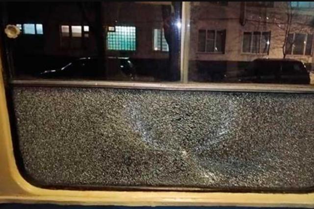 В Днепре неизвестные обстреляли трамвай с пассажирами
