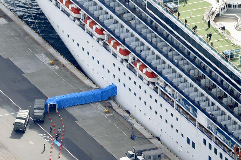 Пассажиры покидают круизный лайнер Diamond Princess, пришвартованный в порту Иокогамы.