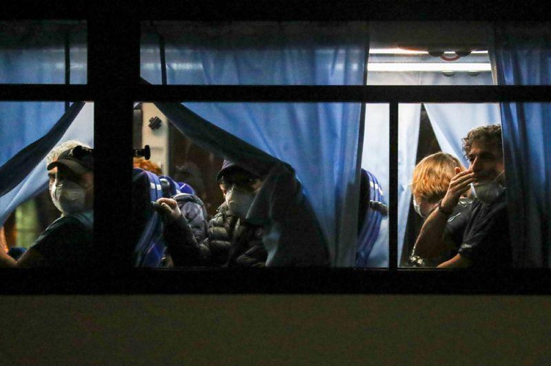Американцы, покидающие лайнер, в автобусе в порту Иокогамы.