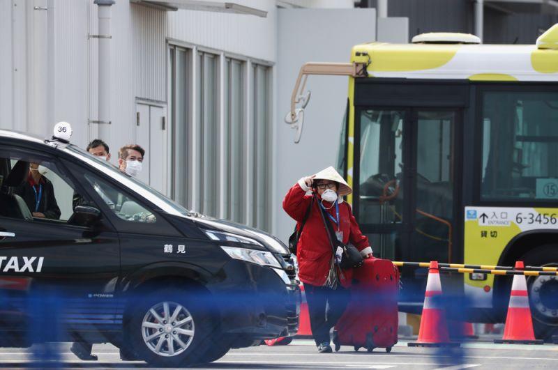 Пассажир Diamond Princess, ожидающий такси.