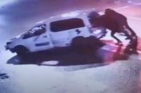 Во Львове пьяный водитель после ДТП пытался скрыться, толкая разбитое авто