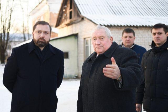 Глава района Михаил Калмыков (на фото справа) рассказывает губернатору (слева) о планах переоборудования здания для новой бани.