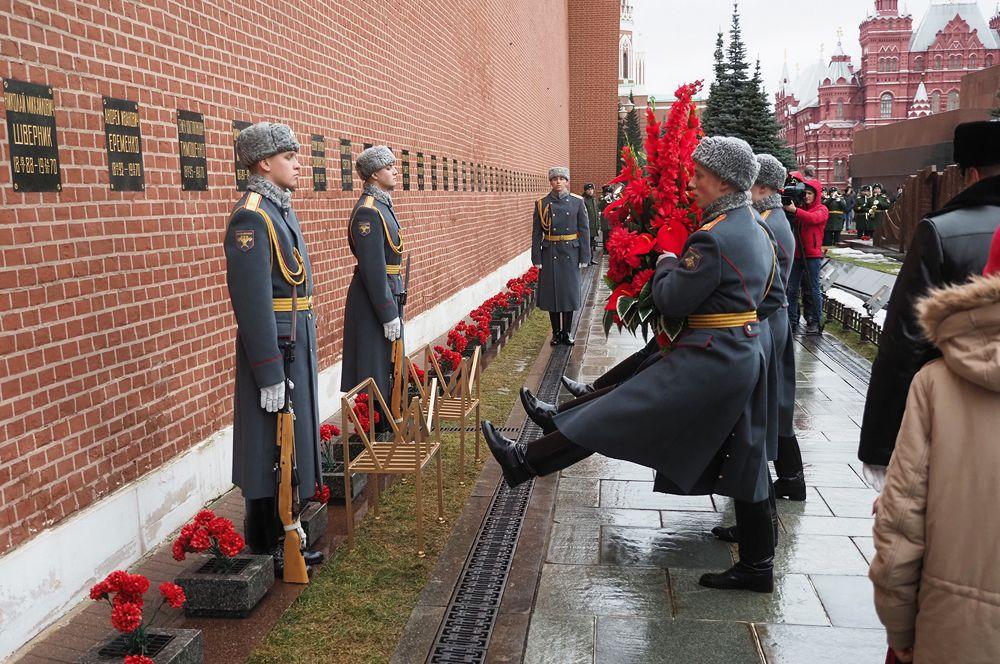 Церемония возложения цветов к могиле маршала Тимошенко у Кремлевской стены.