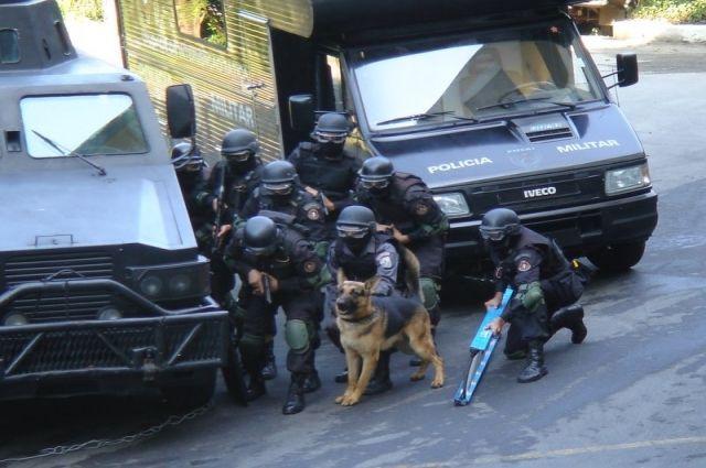 В Бразилии политик штурмовал на экскаваторе гарнизон военной полиции