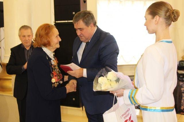 Алексей Силанов вручил первые 32 юбилейные медали ветеранам