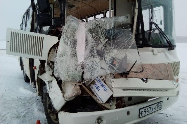 53-летний водитель автобуса врезался в грузовик