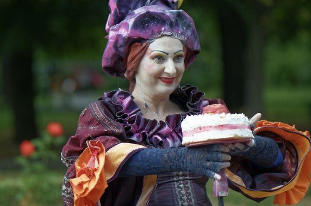 Торт - не самый лучший подарок. Радуйте этим мужчин по другим праздникам.