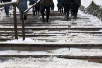 72-летняя сибирячка поскользнулась и упала на обледенелой лестнице.