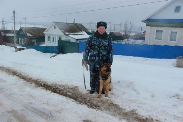 Служебная собака взяла след по запахе стельки ботинка пропавшего мужчины. Она прошла 1,5 тысячи метров и вывела полицейских в один из школьных дворов.