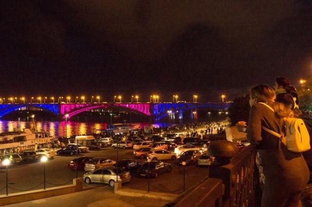 В прошлом году мосту сделали подсветку.