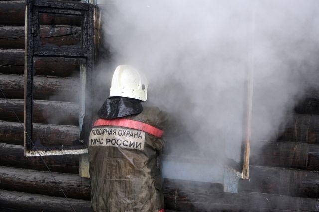 Огнеборцы всё ещё устраняют возгорание.