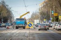 На улице Николаева разбирают трамвайные рельсы, чтобы добраться до инженерных коммуникаций.