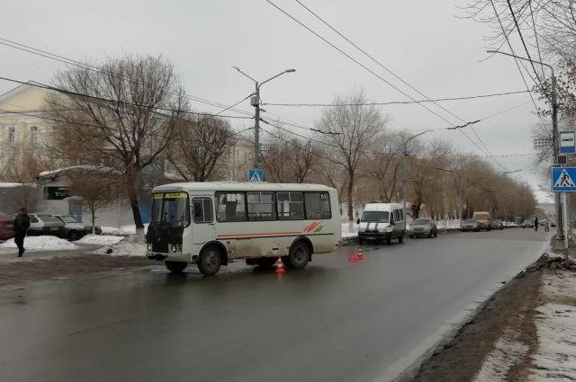 Сотрудники полиции Оренбурга выясняют обстоятельства аварии с пассажирским автобусом