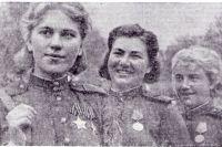 Девушки-снайперы, в центре Александра Екимова.