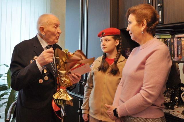 Ольга Кузнечевских вручила юбилейную медаль участнику ВОВ