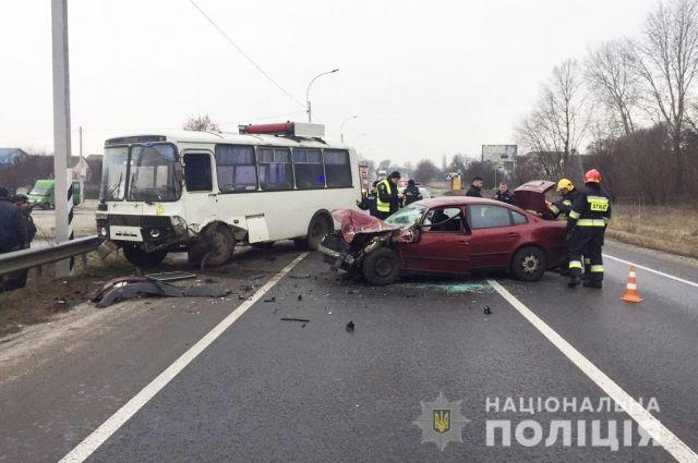 Под Черниговом авто на встречной полосе врезалось в автобус: есть жертва