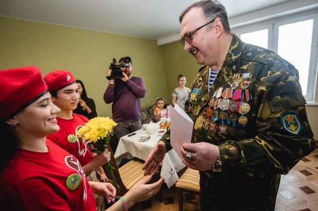 Андрей Науменко во время поздравления с праздником