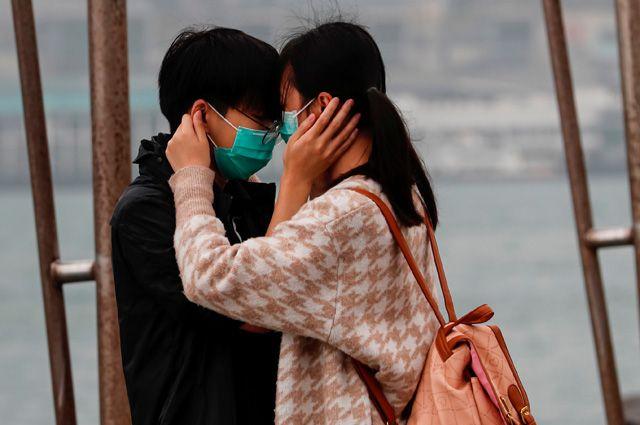 Не целоваться, не обниматься. 10 вопросов о путях передачи коронавируса