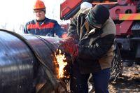 Сварщик ремонтирует участок магистрального нефтепровода «Дружба» в районе деревни Романовка в Гомельской области.