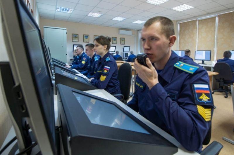 На специальном тренажере курсанты учатся отражать воздушные удары.