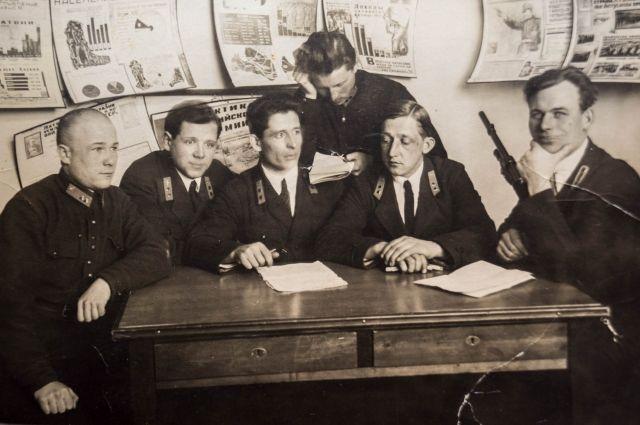 Сергей Стрижов (в центре) с летчиками своей эскадрильи.