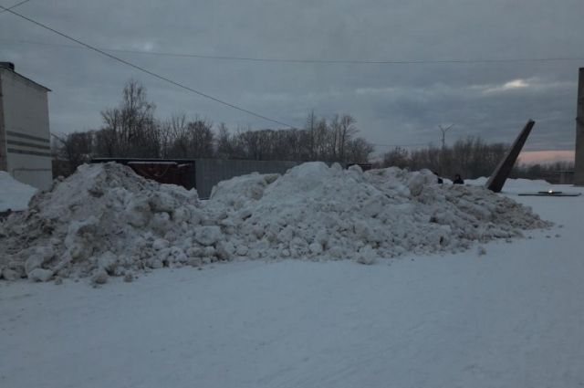 Незадолго до этого Мемориал почистили. Ночью памятник оказался завален кучами убранного с дорог снега.