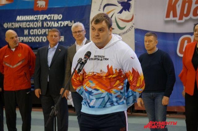 Паралимпийский чемпион Александр Свиридов принял участие в открытии, после чего пообщался с прикамскими спортсменами и провёл фотосессию.