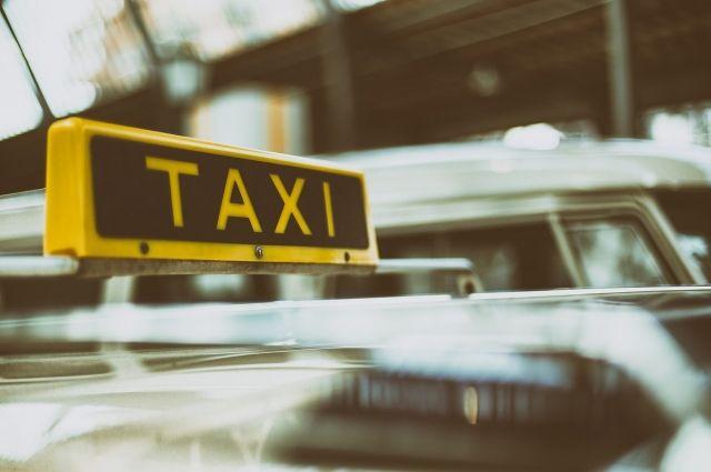 Контейнер с мусором упал на крышу автомобиля такси в Москве