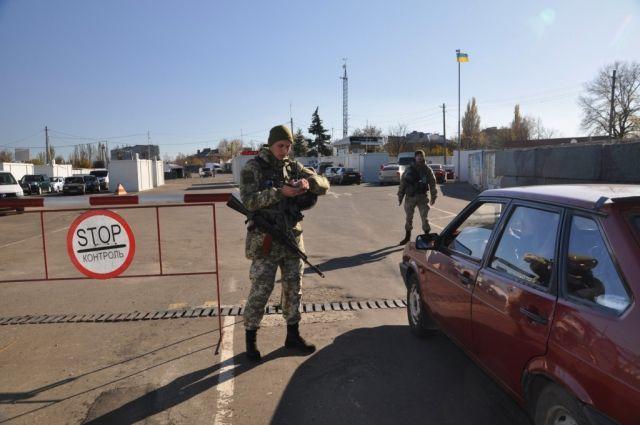 На КПВВ в очередях застряли более 300 автомобилей: подробности