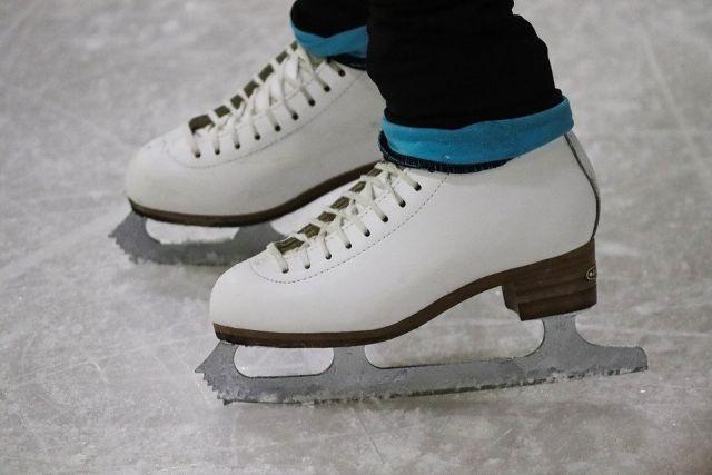 Как утверждает девушка, по многим дорогам в городе гораздо легче и удобнее передвигаться не пешком, а именно на коньках.
