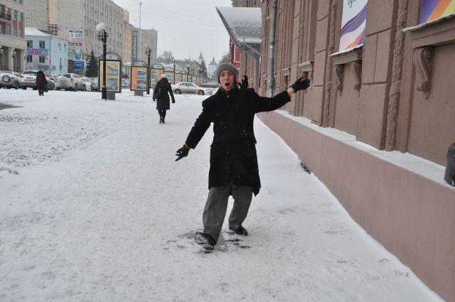 Особенно сложно пешеходам, которым после погодных игр приходится передвигаться с крайней осторожностью.