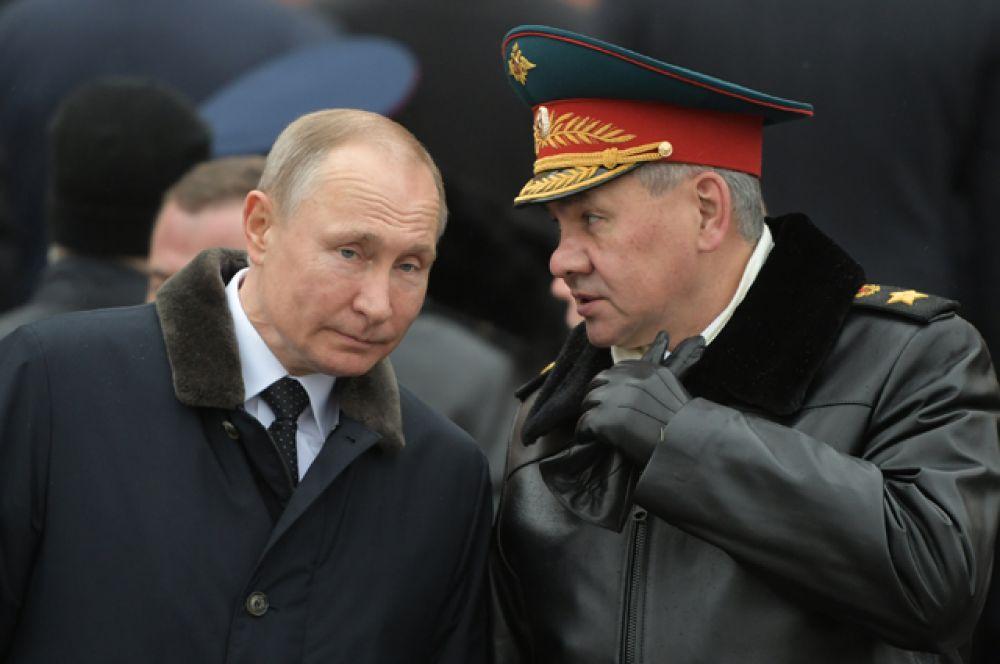 Президент РФ Владимир Путин и министр обороны РФ Сергей Шойгу (справа).