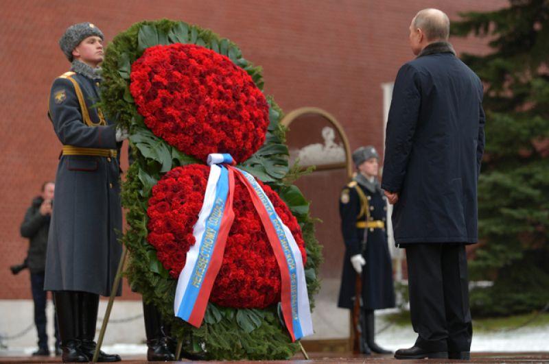 Президент РФ Владимир Путин на церемонии возложения венка к Могиле Неизвестного Солдата в Александровском саду в День защитника Отечества.